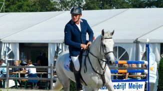 Albert Zoer rijdt Edorette bij Jumping Outdoor Tolbert naar de overwinning in de klasse Z.