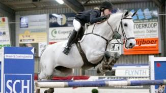 Maureen Bonder rijdt Ukkie naar de overwinning op Indoor Hartje Drenthe. ©Roos Meertens