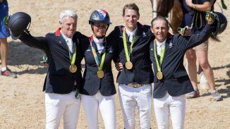 De winnende Franse equipe: Roger Yves Bost, Penelope Leprovost, Kevin Staut en Philippe Rozier. foto: FEI | Richard Juilliart