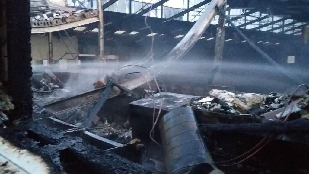 De puinhoop in de afgebrande manege Gaasterland in Harich.