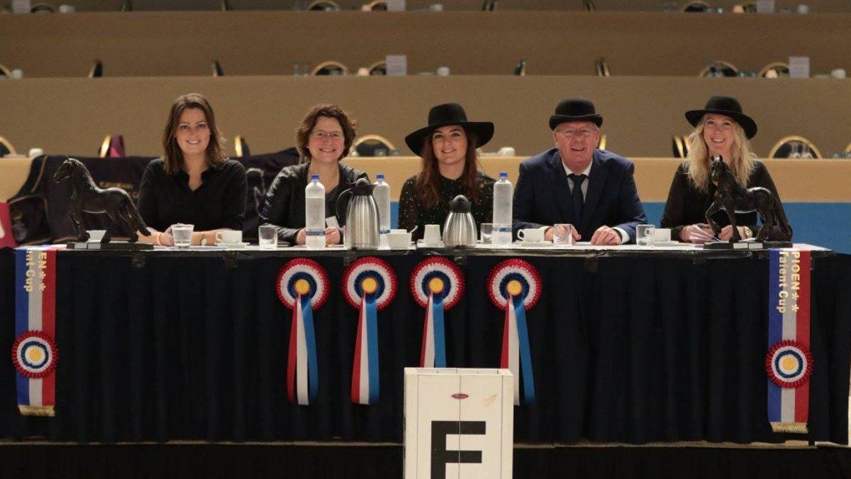 De jury van de Friesian Talent Cup tijdens de KFPS-hengstenkeuring.