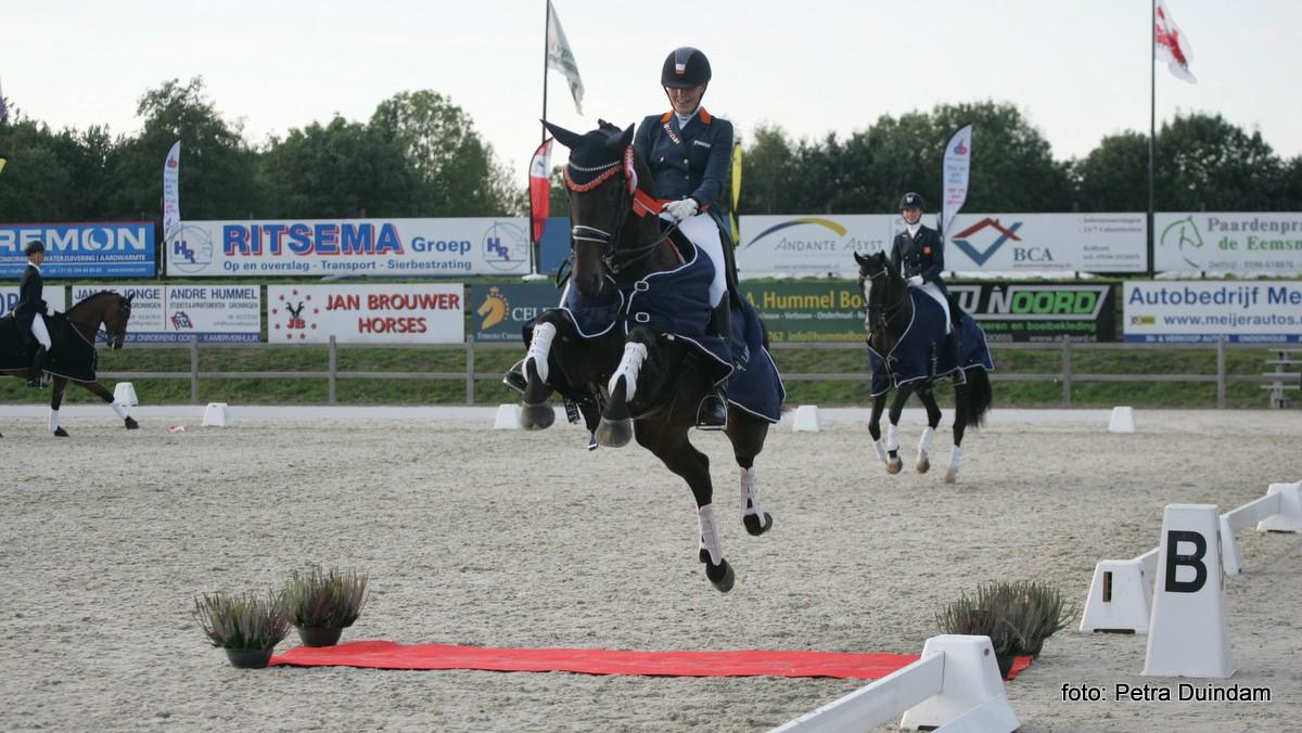 De stoere sprong van Diana van de Bovenkamp en Evita Ronia over de rode loper.
