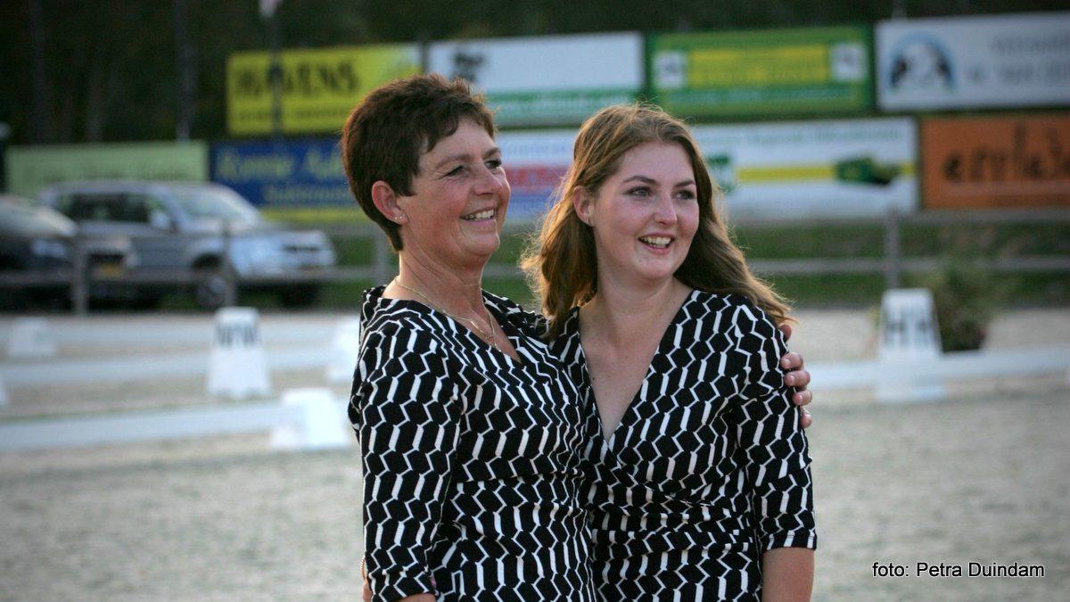Moeder Lineke en dochter Rolinde Meursing van L&R Horse Events.