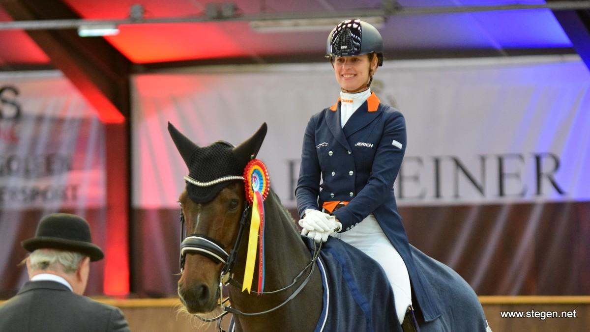 Adelinde Cornelissen noodgedwongen op nieuwe rijlaarzen naar winst op CDI Exloo