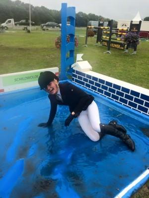 Amber Meijer ontkwam er niet aan: de traditionele duik in de sloot.