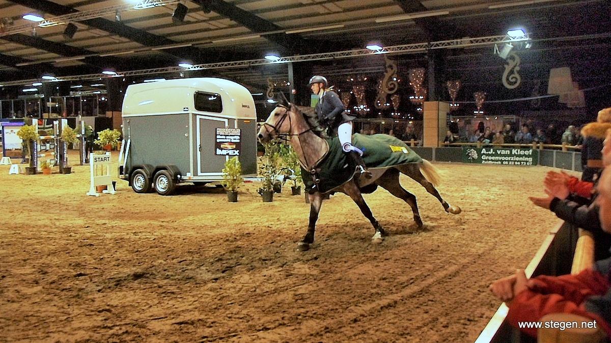 Indoor Groningen. Aniek Diks en Dazard rijden hun ereronde rond de net gewonnen trailer.