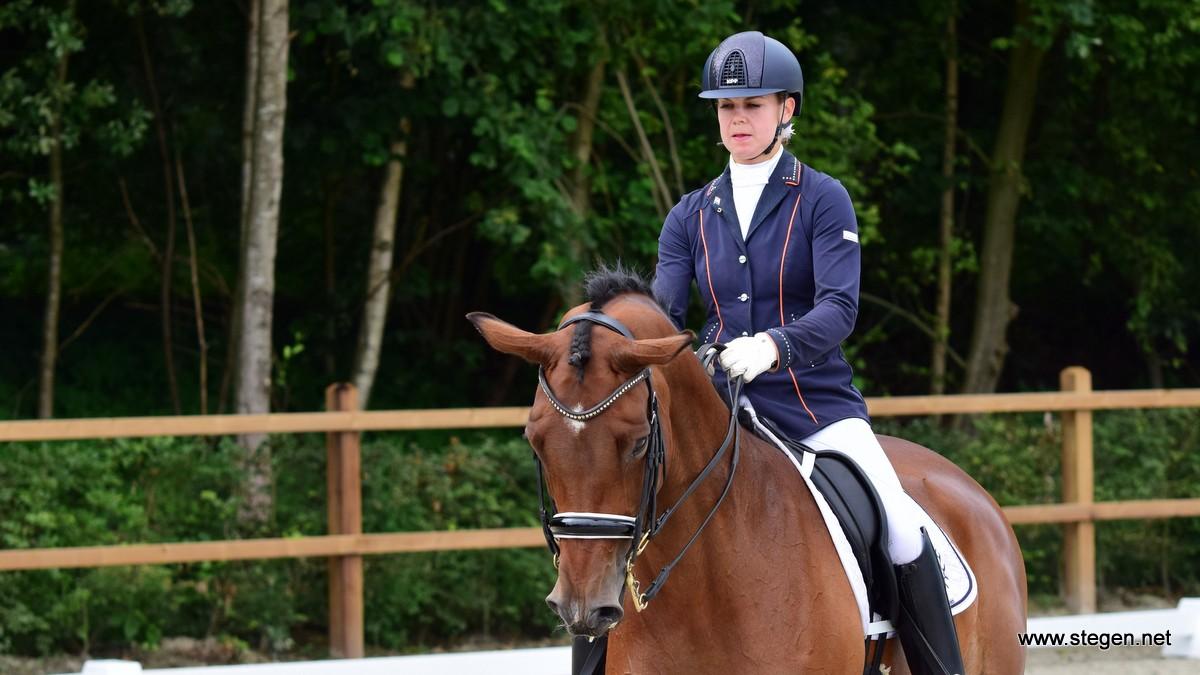 Aniek Schraa met twee paarden naar Hippiade: 'ik heb vertrouwen in mijn paarden'
