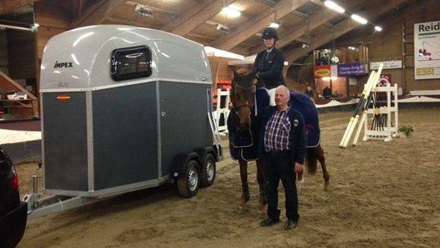 Aniek Diks en haar gewonnen paardentrailer.