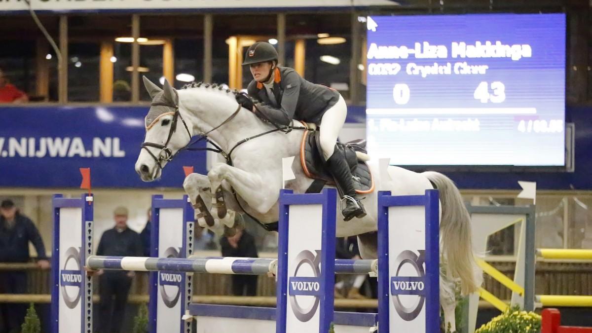 Anne-Liza Makkinga won met Chrystal Clear de openingsrubriek bij Indoor Wierden.