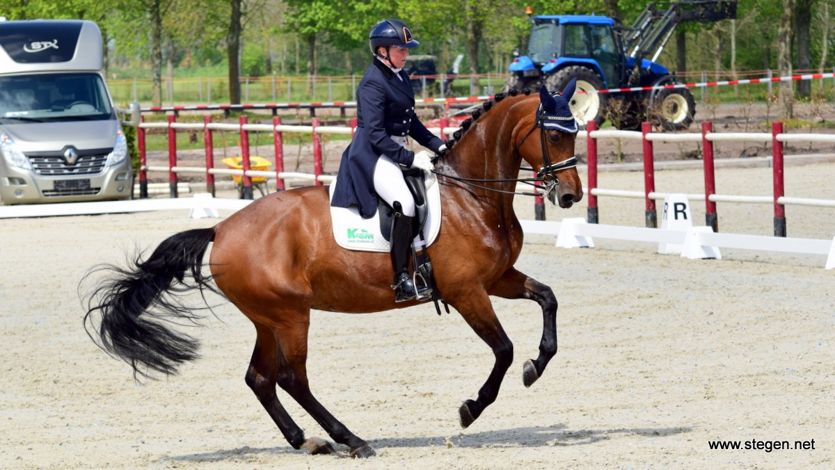 Annemieke Vincourt heerst met Diede Dieni in lichte tour bij Topsport Dressuur Exloo