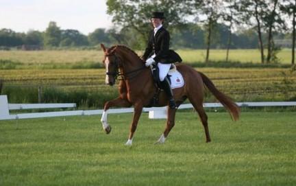 Annet Koning trotseert modder in Veendam