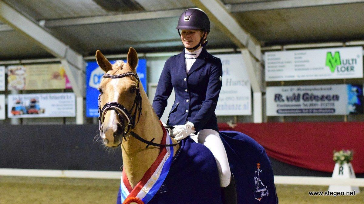 Ava Krause werd met Golden Legend Drents kampioen Z2 bij de pony's.