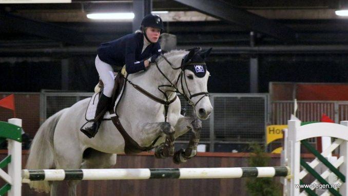 Beadine Hollemans op weg naar de titel in de ZZ in Groningen met Bella Diva. foto: Arjen Schilperoord