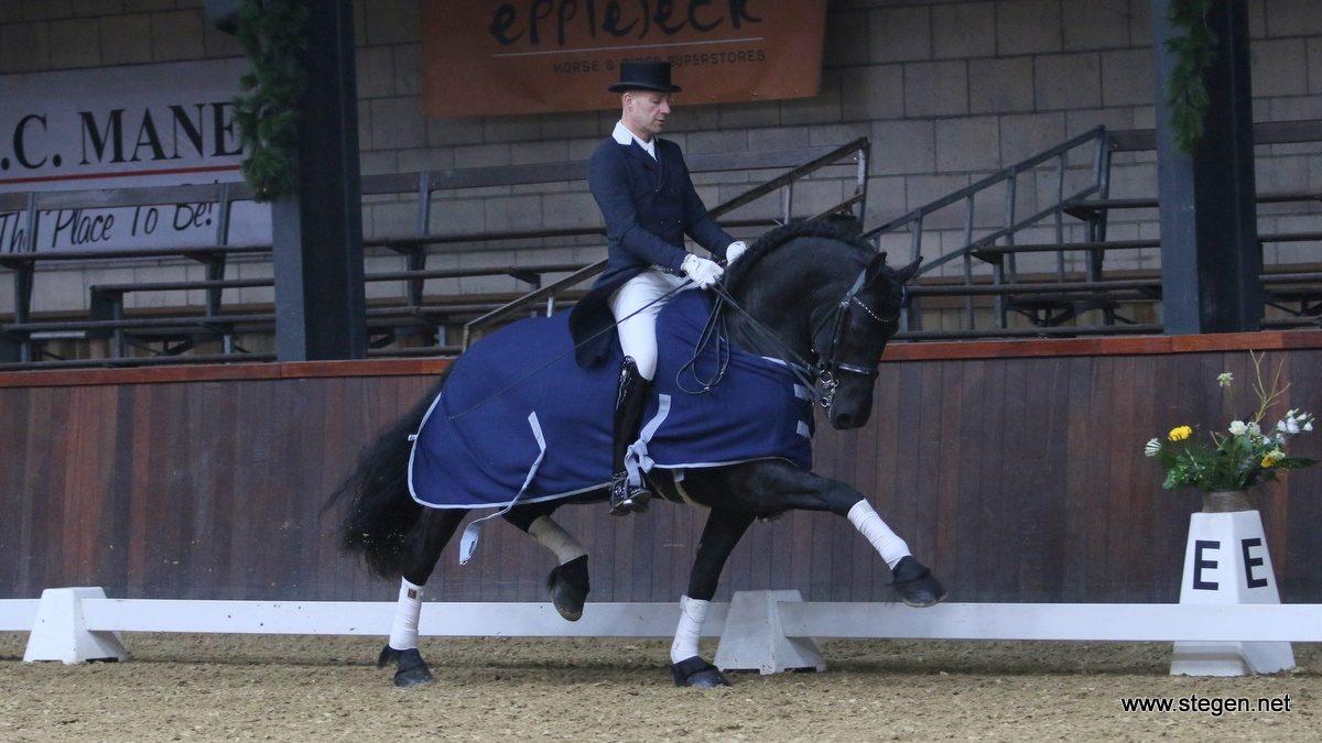 Bennie van Es rijdt met Dorian van Soma zijn laatste ereronde. Het paard is verkocht en inmiddels bij de nieuwe eigenaar.