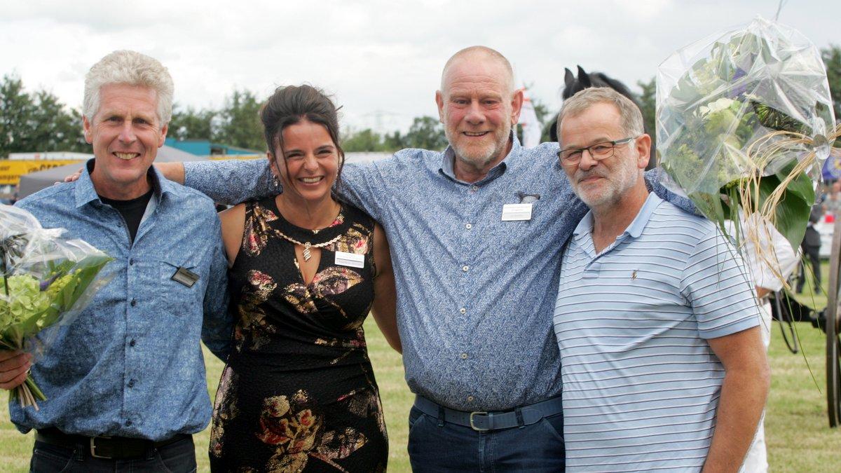 Het afscheid van de bestuursleden. Van links naar rechts Ytzen de Vries, Eelkje Ruiter-Broersma, Jan Woudstra en Frank Roest.