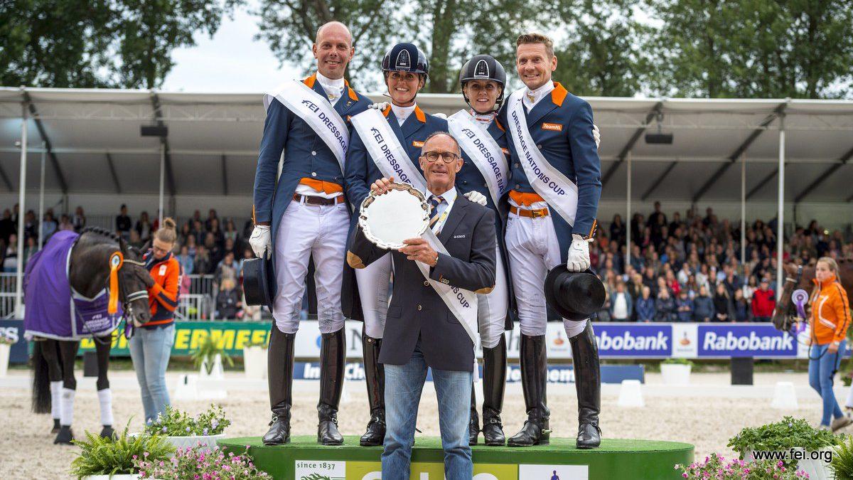 Hans Peter Minderhoud, Emmelie Scholtens, Madelein Witte-Vrees, Edward Gal en bondscoach Rien van der Schaft op het podium bij het CHIO Rotterdam.