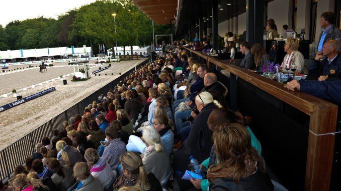 Volle tribunes bij het CHIO Rotterdam. In 2019 zijn er drie EK's in het Kralingse Bos. foto: CHIO Rotterdam