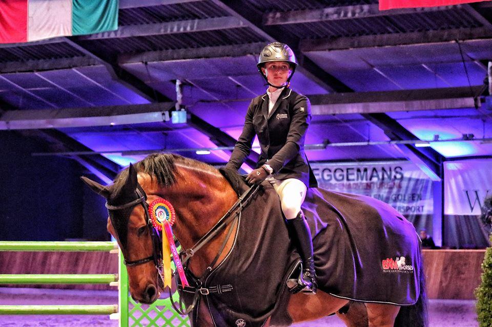 Chantal Regter en Enjoy bij de prijsuitreiking van de Grote Prijs Exloo.