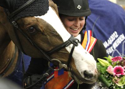 Chantal Regter en Rapide Viando na de overwinning in Wierden. ©Hippisch Twente