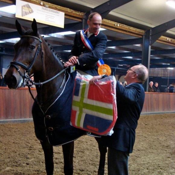 Voorzitter Derk Scheper feliciteert Z-kampioen Claus Beishuizen. ©KNHS-Groningen