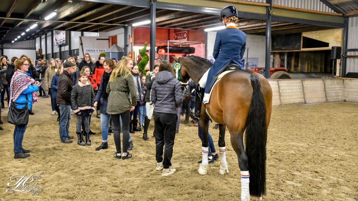 Indoor Hartje Drenthe. Fans drommen samen rond Adelinde Cornelissen.