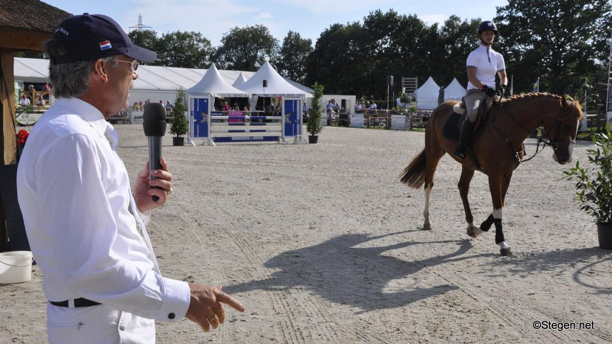 Albert Voorn beoordeelde de jonge springpaarden.