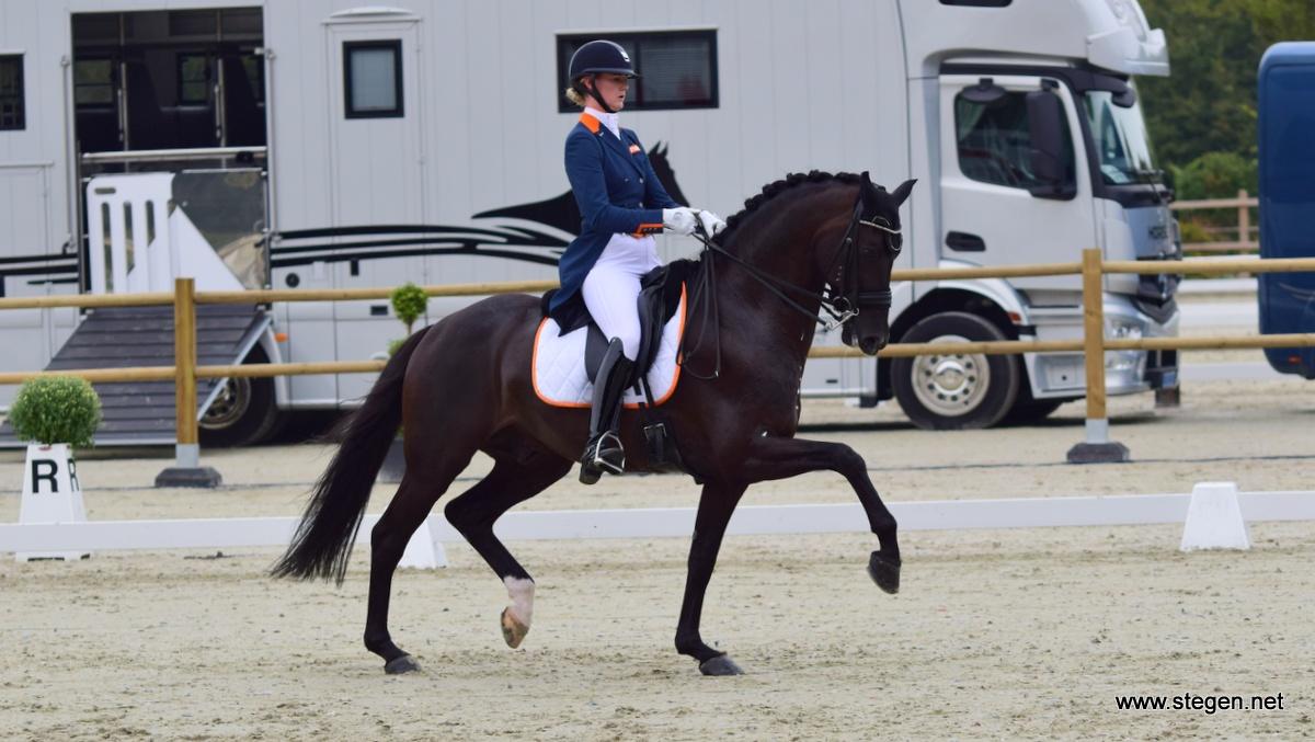 Denise Nekeman zette met de hengst Boston STH het beste Nederlandse resultaat neer in de landenwedstrijd.