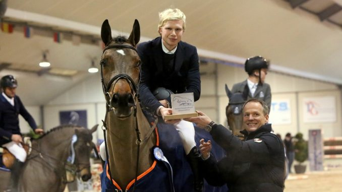 Dennis van den Brink krijgt de prijs van Eric Morssinkhof, de eigenaar van PSC Lichtenvoorde. foto: Wendy Scholten