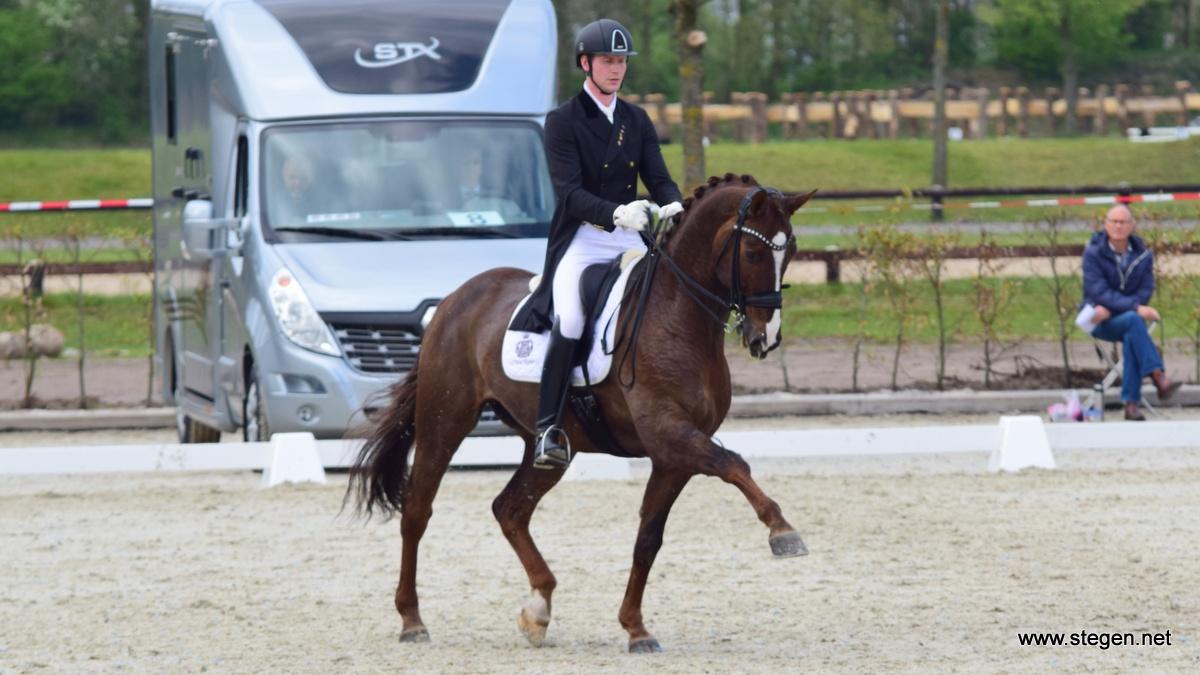 Topsport Dressuur Exloo. Diederik van Silfhout rijdt For Seasons naar de overwinning in Exloo.