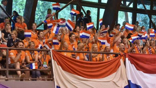 Nederlandse fans op de tribune bij het EK-dressuur pony's in Kaposvár.