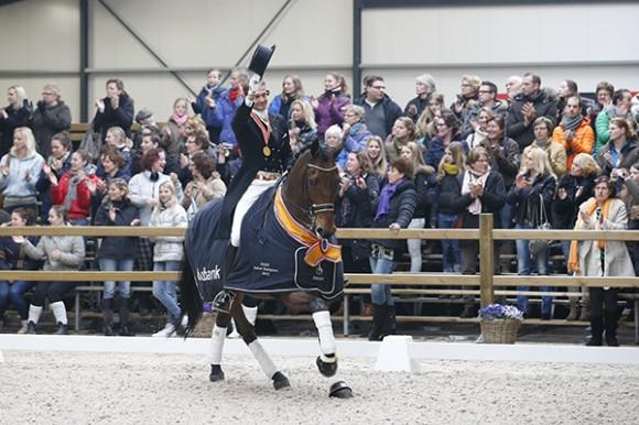 Edward Gal en Next One tijdens de ereronde.  ©KNHS.nl