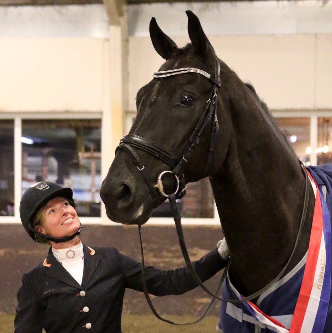 Drents kampioenschap 2016. Ellen Wynia poseert trots met Chakakahn na het behalen van de Drentse titel in de ZZ-licht.