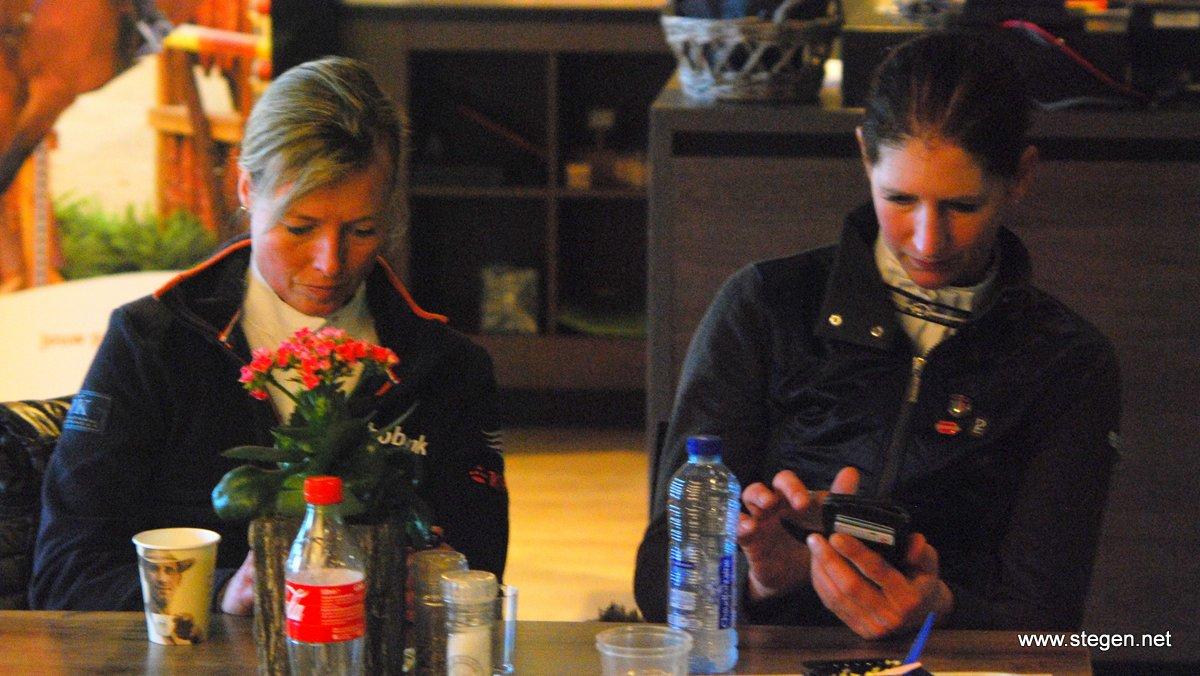 Ellen Wynia en Laura Zwart even druk met de social media.