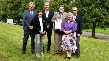 Ondertekening van de ondersteuningsverklaring, met rechts voor Marianne Sloet van Oldruitenborgh-Oosterbaan.