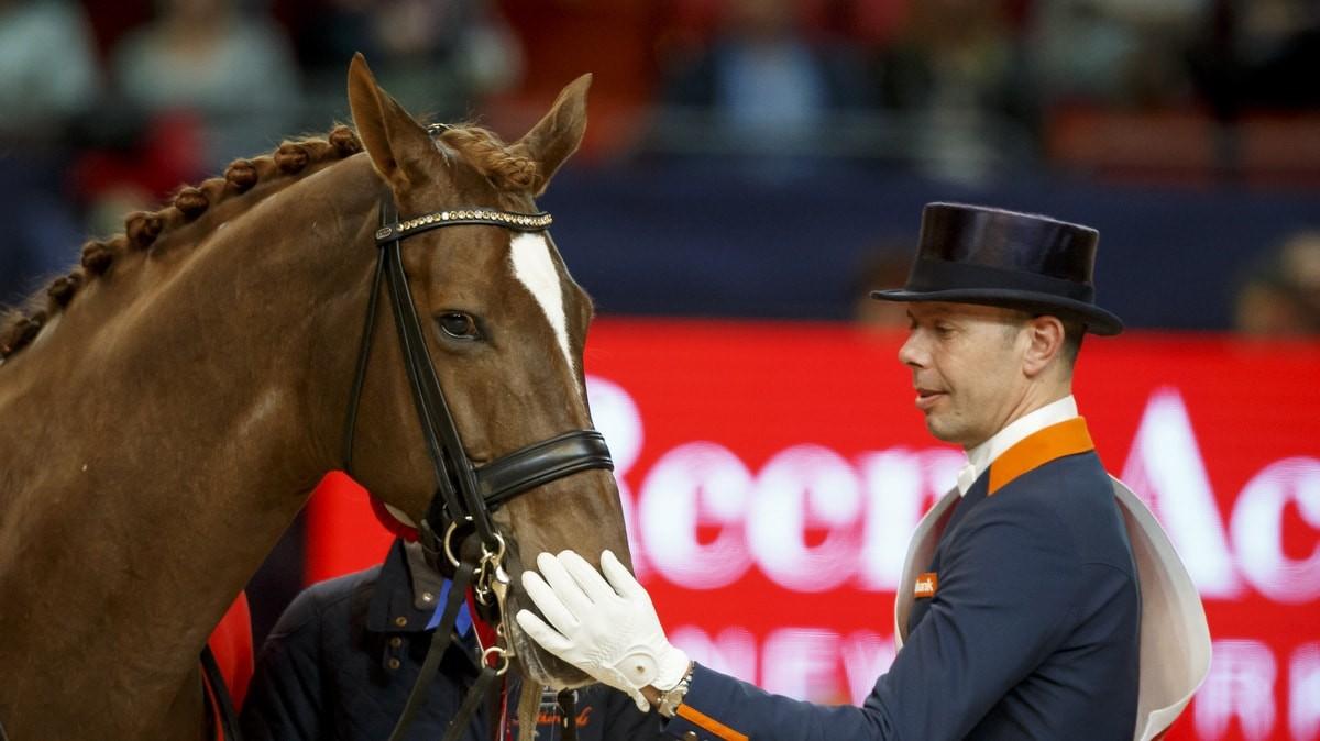 Hans Peter Minderhoud bedankt Glock's Flirt na de zege in de finale van de wereldbeker.