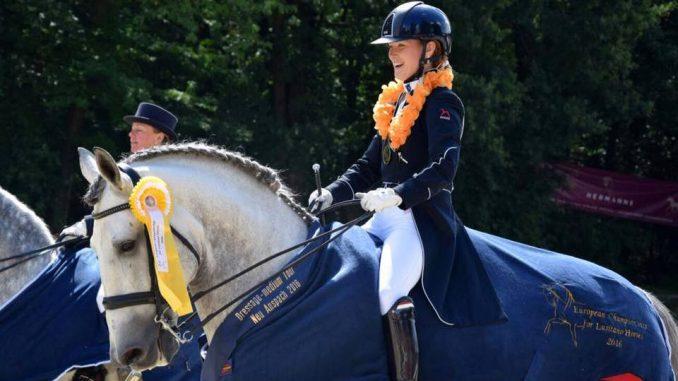 Hester Bischot en Digital tijdens de ereronde. foto: Facebook