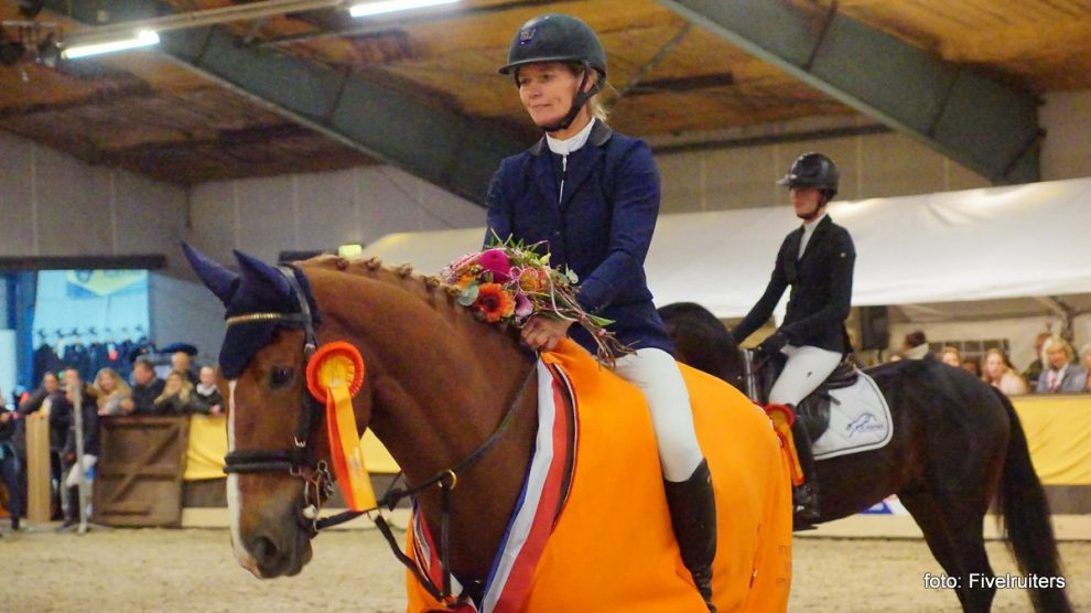 Hester Klompmaker met Forever bij de prijsuitreiking van het Hippos Concours Appingedam.