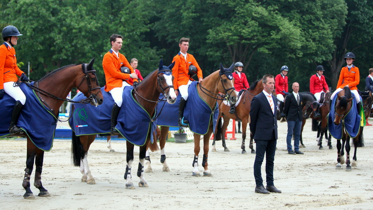 dutch youngster festival. Het winnende team Young Riders en bondscoach Luc Steeghs. foto: Wendy Scholten