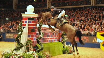 Hilmar Meyer gaat met Continuo foutloos over de muur van 2.15 meter. foto: Olympia Horse Show