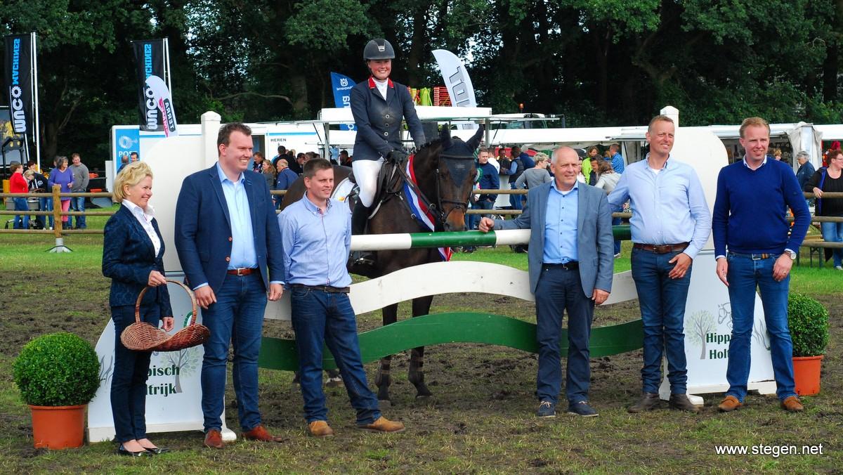 De huldiging van Derby-winnares Renate Beuving vorig jaar bij Hippisch Holtrijk.