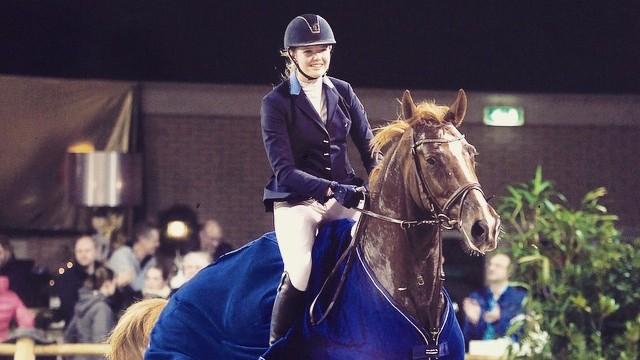 Iris van der Weijden springt met Asjemenou naar zege in L-finale Indoor Groningen