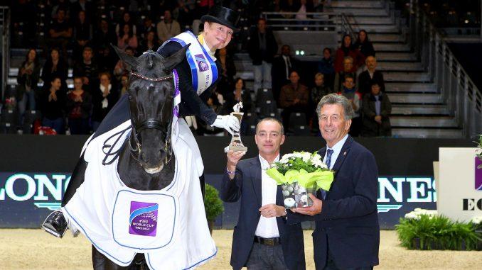 Winnares Isabell Werth met Weihegold tijdens de prijsuitreiking van de wereldbeker Lyon. foto: FEI | Pierre Costabadie
