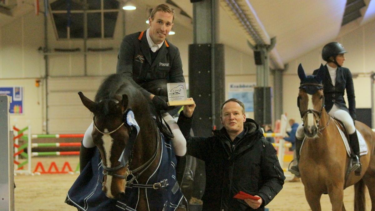 Jelmer Hoekstra won de Grote Prijs en wordt gefeliciteerd door Eric Morssinkhof.