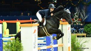 Joke Bakker springt met voormalig dressuurpaard naar winst in L-rubriek Indoor Groningen