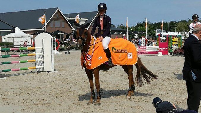 Joke Bakker uit Harkema werd met Time Out KNHS-kampioen op de Hippiade in de klasse Z-springen cat. D/E. foto: Facebook