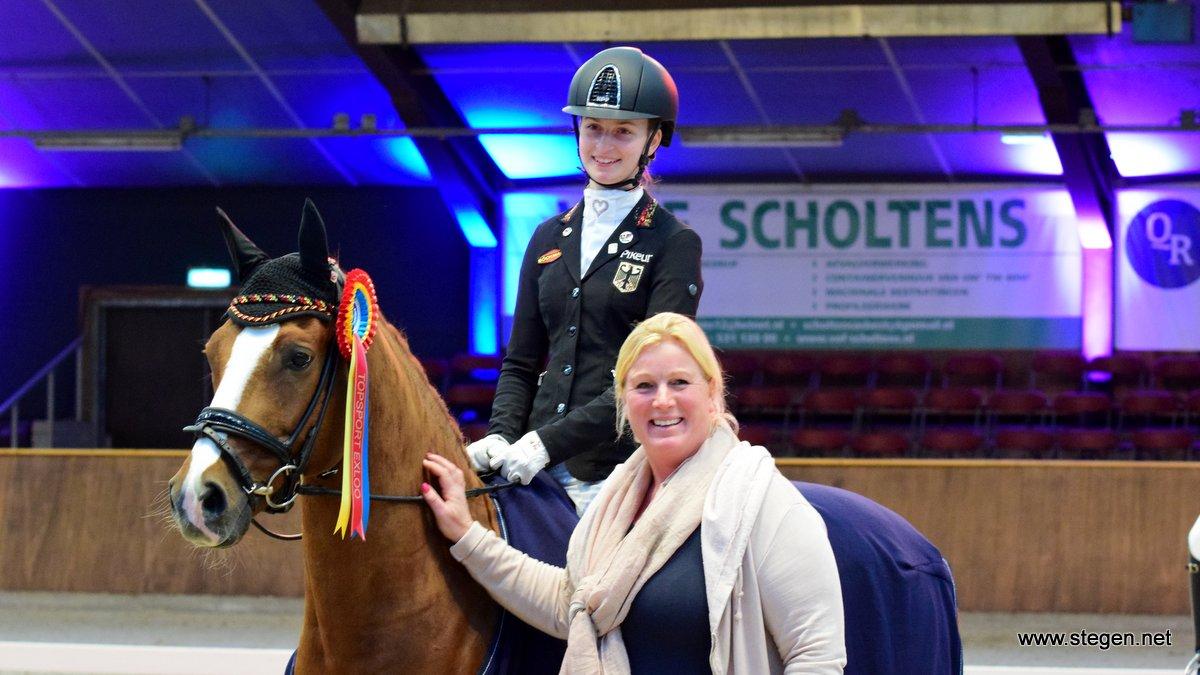 De Duitse Julia Barbian won de internationale ponyrubriek. Ze krijgt de felicitaties van sponsor Truusje Smeding van Paard & Laars.