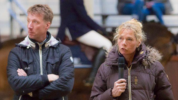 Jur Vrieling en Hester Klompmaker beoordelen de jonge springpaarden.