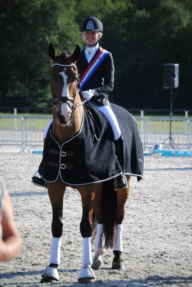 Kenna Bakker poseert trots met Binck na het behalen van de Friese titel.