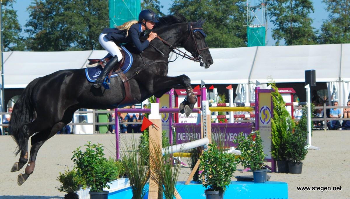 NK springen Mierlo. Kim Hoogenraat werd met Caesar Nederlands kampioen bij de Young Riders (archieffoto).