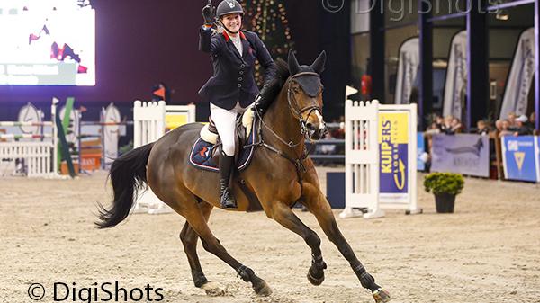 Kirsten Rikkert rijdt met Sorrento de ereronde op Indoor Twente. ©DigiShots